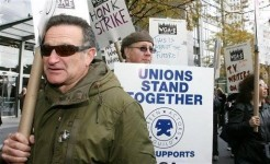 robin-williams-on-picket-line-during-wga-e-strike-1